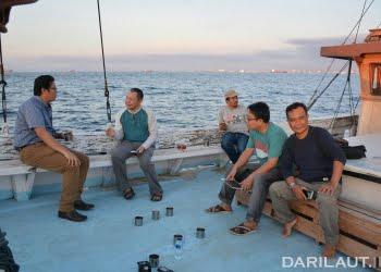 Menjajal dan diskusi di atas kapal pinisi. FOTO: DOK. TIM EKSPEDISI