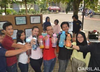 Mahasiswa Fakultas Kedokteran Hewan UGM melakukan kampanye pengurangan sampah plastik dengan membawa tumbler. FOTO: DOK.UGM.AC.ID