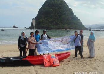 Perahu Kano dari serat tebu saat launching di Pulau Merah, Banyuwangi. FOTO: DOK. ITS.AC.ID