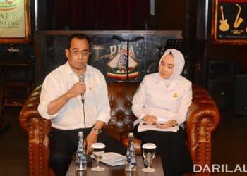 Menteri Perhubungan Budi Karya Sumadi dan Kepala Badan Meteorologi, Klimatologi dan Geofisika (BMKG) Dwikorita Karnawati menjelaskan tentang kondisi gelombang tinggi di sejumlah perairan laut di Indonesia, Minggu (22/7). FOTO: DOK.DEPHUB