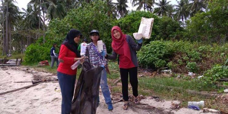 Bersih sampah plastik di Kepri. FOTO: DOK RENALD YUDE.