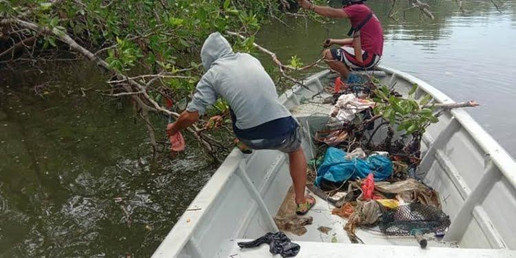 Bersih sampah plastik di Desa Kawal Pulau Bintan, Kepri. FOTO: DOK RENALD YUDE