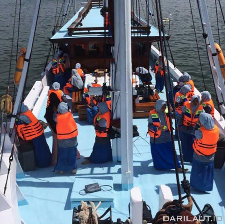 Edukasi maritim bagi pelajar di atas kapal pinisi. FOTO: DOK. YAYASAN MAKASSAR SKALIA