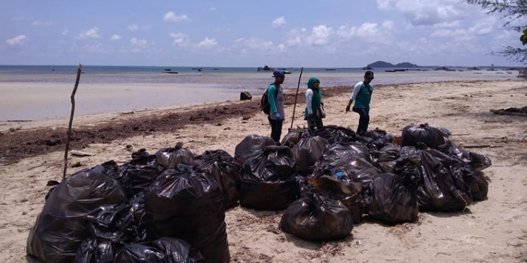 Sampah plastik yang diangkat dan dikumpul akan dibawa ke tempat pembuangan sampah. FOTO: DOK RENALD YUDE