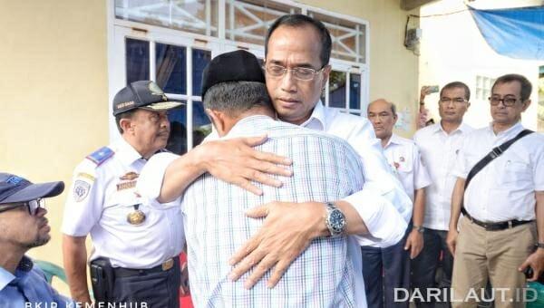 Menteri Perhubungan Budi Karya Sumadi memeluk keluarga korban Kapal Motor Lestari Maju. FOTO: DOK. KEMENHUB