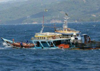 Penenggelaman kapal pelaku illegal fishing di Bitung, Sulawesi Utara. FOTO: DOK. KKP