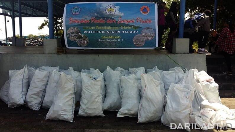 365 karung sampah plastik dan botol dibersihkan di pantai Manado, Jumat (3/8). FOTO: DOK. ISTIMEWA