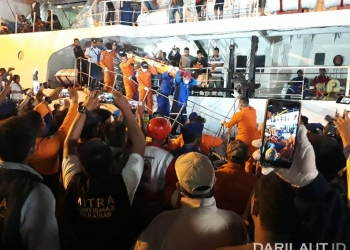 Para penumpang dan anak buah kapal Satya Kencana IX  yang dievakuasi, tiba di Pelabuhan Pelabuhan Trisakti Banjarmasin, Sabtu (4/8) malam. FOTO: HUMAS DITJEN HUBLA
