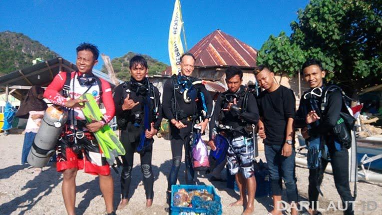 Tim penyelam yang mengangkat sampah dari bawah laut. FOTO: DARILAUT.ID