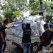 Jurusan Pariwisata dan Tenik Sipil Politeknik Negeri Manado melakukan kegiatan bersih sampah plastik di pantai Manado, Jumat (3/8). FOTO: DOK. ISTIMEWA