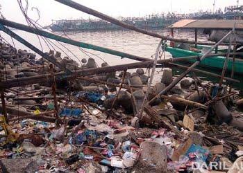 Sampah plastik di Muara Angke, Jakarta. FOTO: DARILAUT.ID