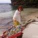 Wisatawan mancanegara membersihkan sampah plastik di Pulau Malenge, Kepulauan Togean, Minggu (12/8). FOTO: DARILAUT.ID