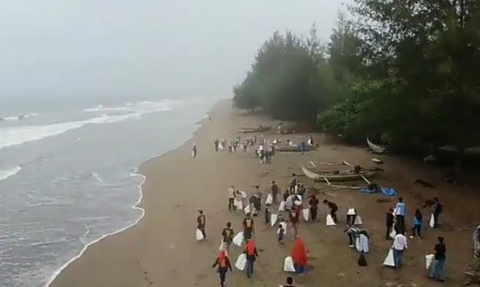 Bersih sampah di pantai Pasir Jambak, Sumatera Barat, Sabtu (15/9). FOTO: DOK. BKIPM PADANG