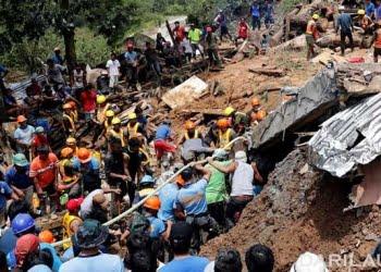 Tim SAR mencari para korban yang terperangkap tanah longsor di Itogon, Filipina. FOTO: REUTERS