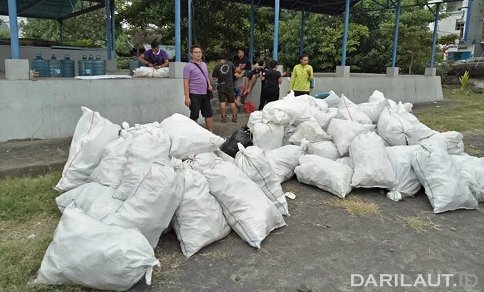 World CleanUp Day, di pantai Boulevard Manado. FOTO: DOK. ISTIMEWA