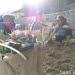 Helena Tewes, turis berkebangsaan Jerman yang menginap di Homestay Harry and Mimin, ikut merayakan World Clean Up Day dengan membersihkan pantai di Kota Gorontalo. FOTO: CHRISTOPEL PAINO