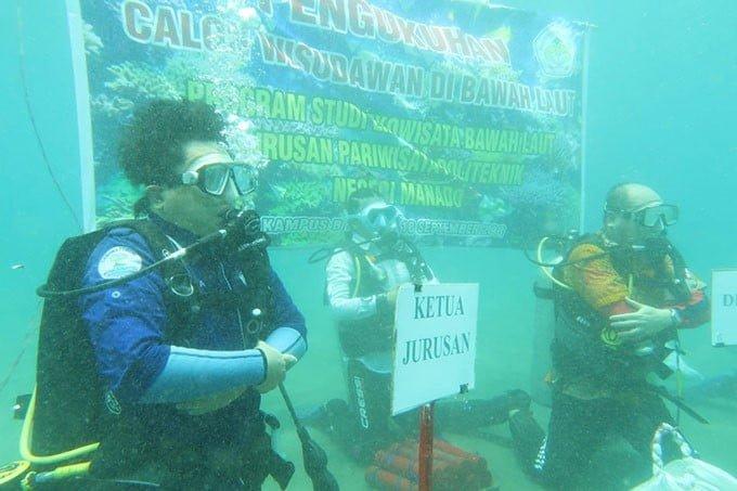 Direktur Politeknik Negeri Manado Evert Slat memimpin prosesi wisuda bawah laut, Selasa (18/9). FOTO: DOK. ISTIMEWA