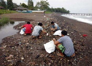 Kegiatan bersih lingkungan dalam Pekan Kerja Nyata Revolusi Mental Nasional Ke – 2 Politeknik Negeri Manado. FOTO: DOK. ISTIMEWA
