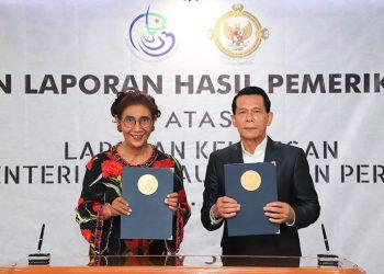Anggota IV Badan Pemeriksaan Keuangan (BPK) RI Rizal Djalil menyerahkan Laporan Hasil Pemeriksaan BPK-RI atas Laporan Keuangan KKP Tahun 2018 di Kantor KKP, Jakarta, Selasa (11/6). FOTO: KKP