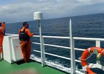Tim SAR melakukan pencarian awak kapal kargo KM Lintas Timur. FOTO: BASARNAS