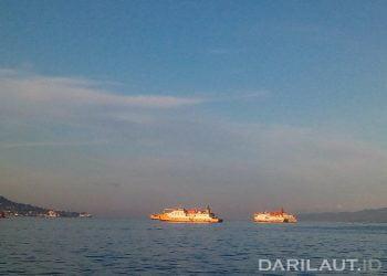 Kapal di Teluk Ambon. FOTO: DARILAUT.ID
