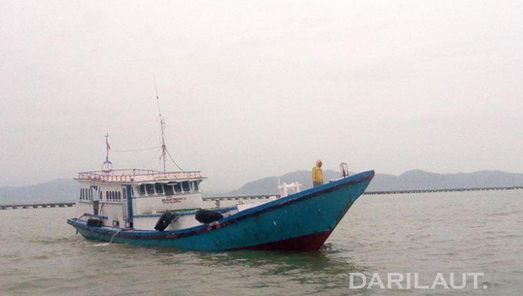 Setelah melakukan pengecekan dan pemeriksaan di SKPT Sebatik, kapal ikan bermesin dalam yang mengangkut komoditi perikanan menuju ke Tawau, Malaysia. FOTO: DARILAUT.ID