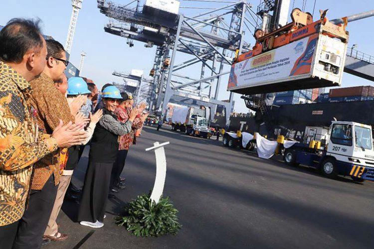 Menteri Kelautan dan Perikanan Susi Pudjiastuti memimpin langsung acara pelepasan ekspor komoditi perikanan di Pelabuhan Tanjung Priok, Jakarta, Jumat (19/7).. FOTO: KKP
