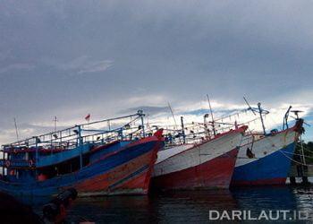 Kapal penangkap cumi di Dermaga Pelabuhan Dobo, Kabupaten Kepulauan Aru. FOTO: DARILAUT.ID