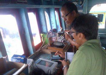 Pengujian pemasangan elektronik log book di atas kapal. FOTO: JURNAL KELAUTAN NASIONAL (2014).