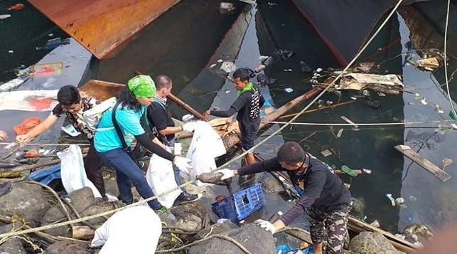 kegiatan bersih pantai dan laut di pantai Tumumpa Manado, Sulawesi Utara, Minggu (18/8). FOTO: DOK. ISTIMEWA