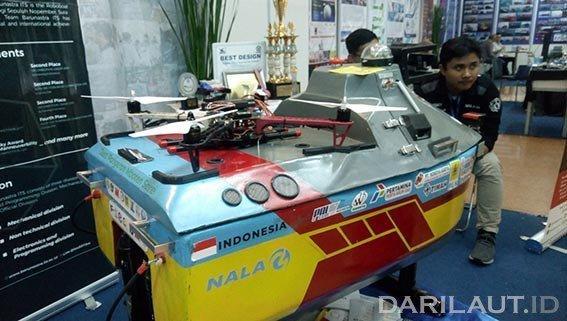 Tim Barunastra Institut Teknologi Sepuluh Nopember (ITS) menampilkan Roboboat yang memenangkan kompetisi internasional dalam pameran 'INAMARINE 2019' di Jakarta International Expo (JIExpo) Kemayoran, Rabu (28/8) hingga Jumat (30/8). FOTO: DARILAUT.ID