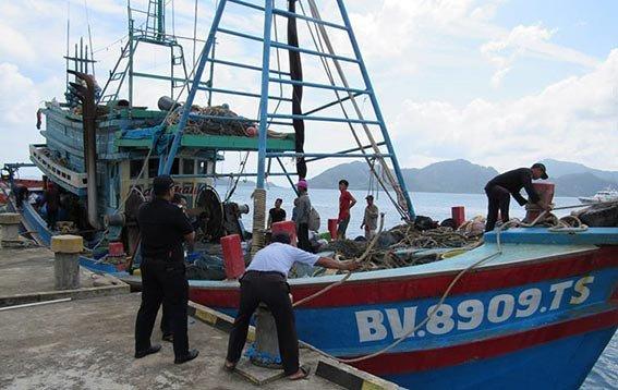 Kapal ikan asing asal Vietnam saat melakukan penangkapan ikan di perairan Zona Ekonomi Ekslusif Indonesia (ZEEI) Laut Natuna Utara. FOTO: KKP
