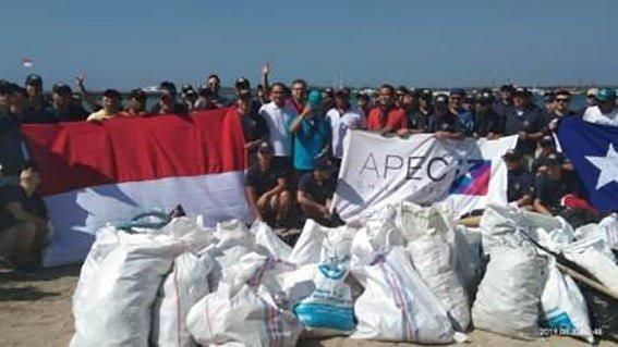 Kegiatan bersih sampah plastik yang dilakukan personel Lanal Denpasar dan Kapal Latih Chile BE Esmeralda di Pantai Merta Sari Dream Island Kota Denpasar, Jumat (30/8) FOTO: TNIAL.MIL.ID