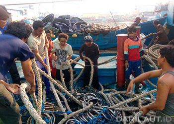 Nelayan di kapal perikanan Indonesia. FOTO: DARILAUT.ID