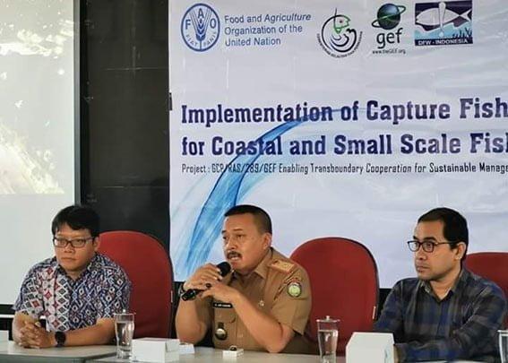Staf KKP M Aris, Kepala Dinas Perikanan Indramayu Abdul Rasyid Hakim dan Koordinator Nasional DFW-Indonesia Moh Abdi Suhufan. FOTO: ISTIMEWA