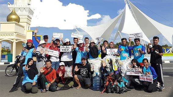 Gerakan  aksi bersih dan kampanye bebas plastik di jembatan Dompak, Tanjungpinang, Minggu (7/7). FOTO: DOK. WCD KEPRI