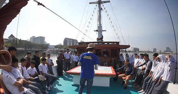 Kegiatan edukasi maritim bagi pelajar, kerjasama Yayasan Konservasi Laut (YKL) Indonesia dan Pinisi Pusaka Indonesia. FOTO: YKL INDONESIA