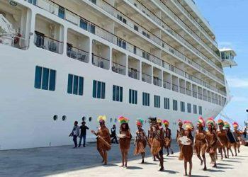 Tarian adat untuk menyambut pelayaran perdana kapal pesiar mewah Cruise MV The World yang sandar di Dermaga Umum Pelabuhan Biak, Papua. FOTO: DITJEN PERHUBUNGAN LAUT