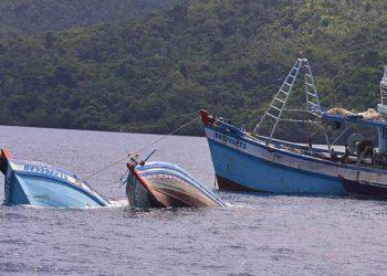 Penenggelaman kapal ikan asing pelaku illegal fishing di Natuna Kepulauan Riau, Sabtu (11/5/2019). FOTO: KKP