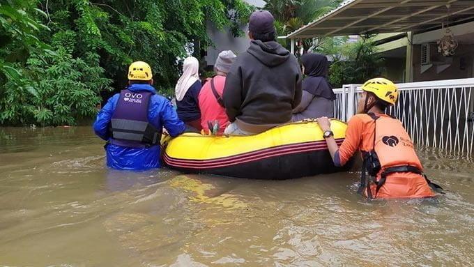 OVO didukung Grab, menggandeng Palang Merah Indonesia, Baznas, Aksi Cepat Tanggap dan Rumah Zakat membantu korban banjir di Jabodetabek. FOTO: OVO