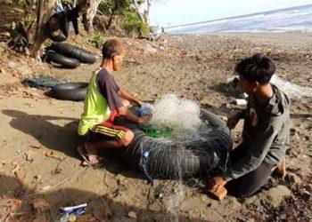 Nelayan ban penangkap lobster. FOTO: SUHANA