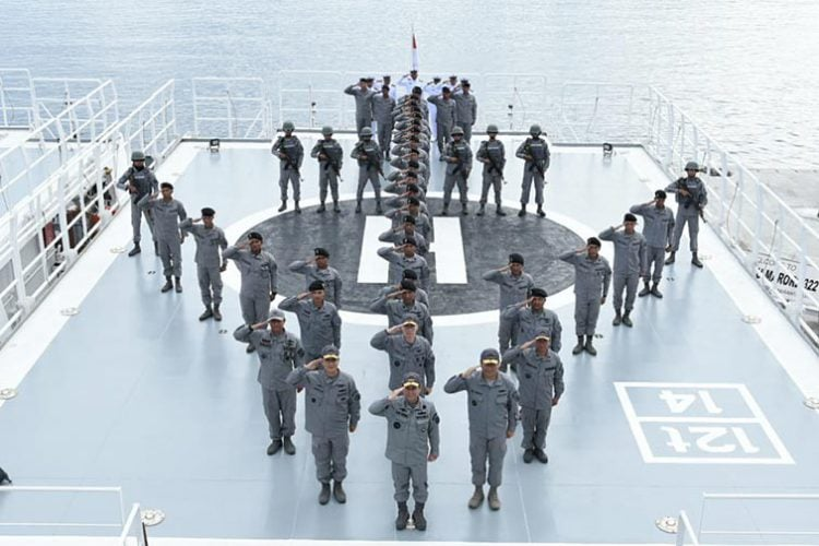 Personel kapal patroli Bakamla RI KN Pulau Nipah-321 sebelum berlayar menuju daerah operasi Laut Natuna Utara, di dermaga Selat Lampa, Kabupaten Natuna, Kepulauan Riau, Sabtu (7/3). FOTO: BAKAMLA