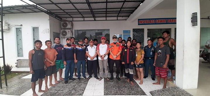 Anak buah kapal barang KM Surya Express yang ditemukan selamat dan tim SAR gabungan. Kapal tenggelam di perairan Saukorem-Masni Kabupaten Manokwari, Jumat (20/3). FOTO: BASARNAS