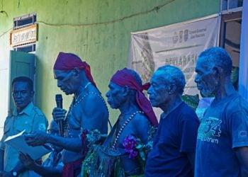 Octolius Moom mewakili tokoh adat di wilayah Distrik Misool Timur membacakan poin-poin deklarasi pengelolaan wilayah perairan masyarakat Hukum Adat Distrik Misool Timur  pada 12 Maret 2020 di Kampung Folley, Distrik Misool Timur, Kabupaten Raja Ampat. FOTO: NUGROHO ARIF PRABOWO/YKAN