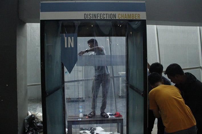 Simulasi penggunaan disinfection chamber saat diluncurkan di Gedung Pusat Robotika ITS. FOTO: ITS.AC.ID