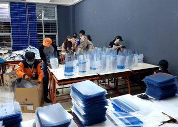 Proses perakitan face shield ITS yang dibantu oleh relawan dari Pramuka. FOTO: ITS.AC.ID
