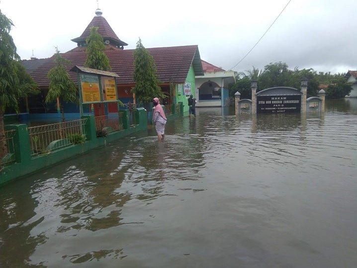 Banjir rob di Desa Ujungmanik, Kecamatan Kecamatan Kawunganten, Kabupaten Cilacap, Selasa (26/5). FOTO: SURADI