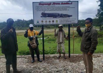 papan peringatan/himbauan tentang keberadaan buaya di Danau Supul. FOTO: KLHK