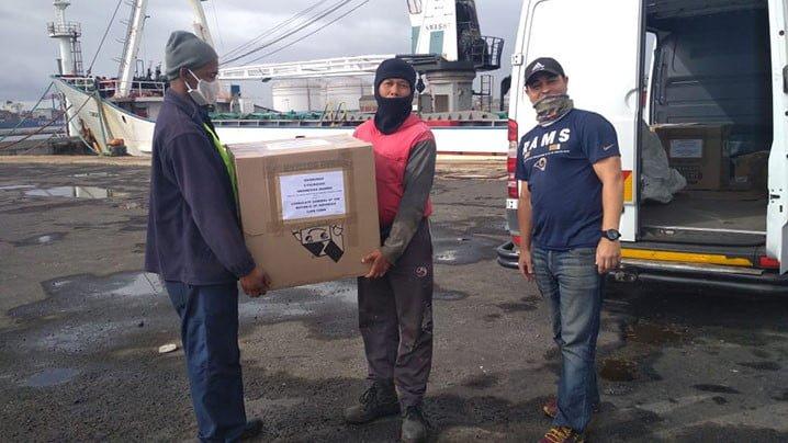 Awak kapal perikanan Indonesia yang sedang berlabuh di pelabuhan Cape Town mendapat bantuan logistik. FOTO: KEMLU