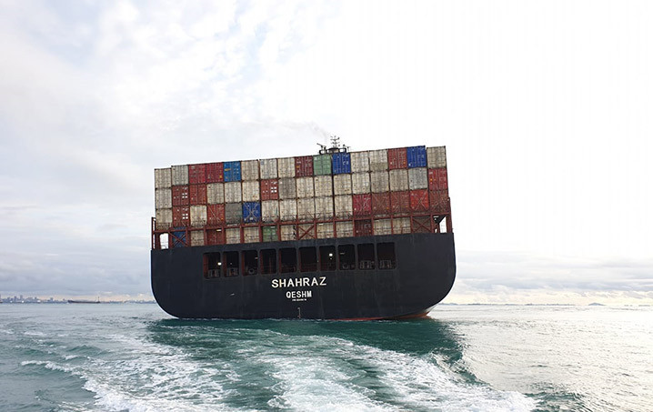 Kapal kontainer MV Sharaz GT 74.175 berlayar dari Port Klang Malaysia menuju Shanghai, Tiongkok, kandas di perairan Batam, Senin (11/5). FOTO: HUBLA